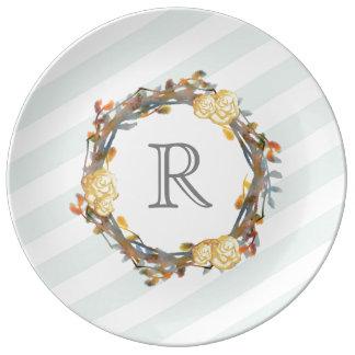 Prato De Porcelana Rosas amarelos da aguarela em um monograma da
