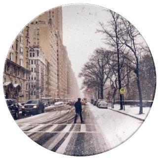 Prato De Porcelana Um homem que cruza um Central Park nevado para o