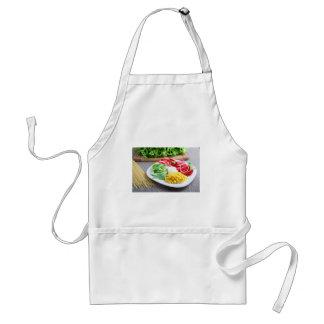 Prato de vegetariano saudável de legumes frescos avental