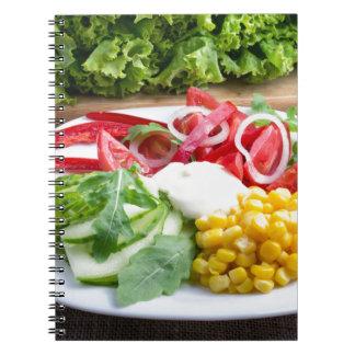 Prato dos tomates, sino-pimenta, mozzarella cadernos espiral