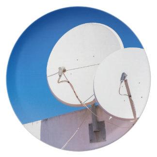 Prato Duas antenas parabólicas brancas na parede da casa