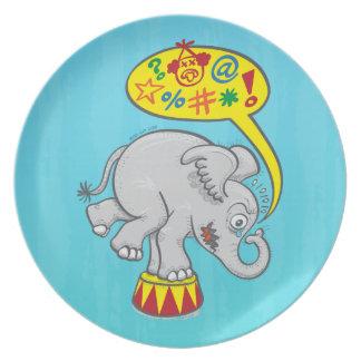 Prato Elefante irritado do circo que diz palavras más