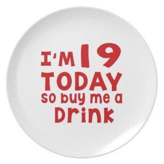 Prato Eu sou 19 hoje assim que compre-me uma bebida
