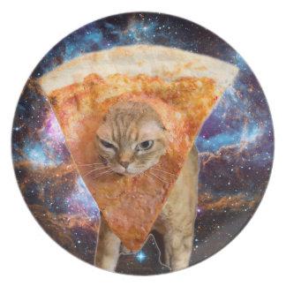 Prato Gato da pizza no espaço que veste a fatia da pizza