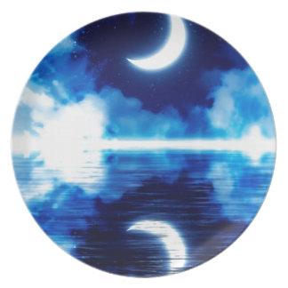 Prato Lua crescente sobre o céu estrelado