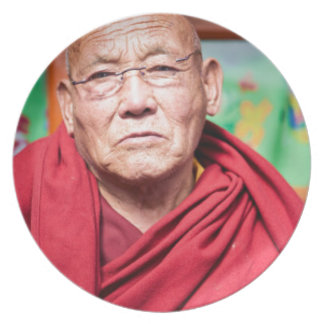 Prato Monge budista na veste vermelha