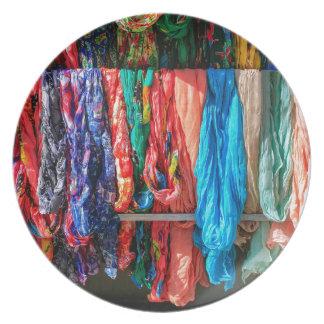 Prato Muitos scarves coloridos que penduram no mercado