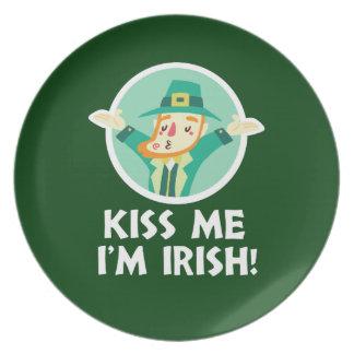Prato O Leprechaun engraçado beija-me que eu sou santo