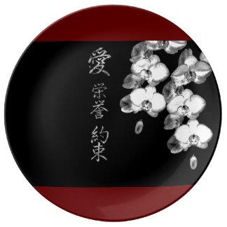 Prato Orquídeas japonesas no preto