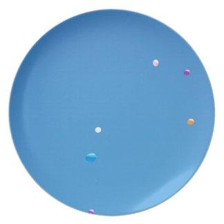 Prato Os balões coloridos liberaram-se em um céu azul