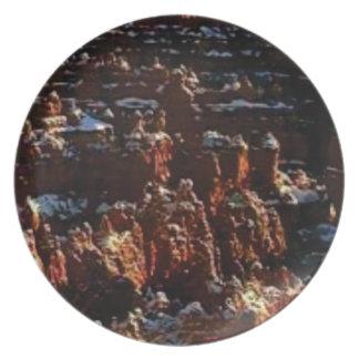 Prato penhascos da rocha vermelha da neve