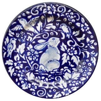 Prato Placa bonito floral da porcelana do coelho azul &
