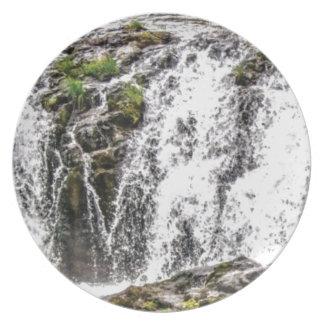 Prato queda das rochas sobre as quedas