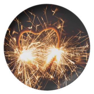 Prato Sparkler ardente no formulário de um coração