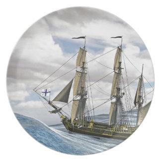 Prato Uma navigação preta de Corveta entre grandes ondas