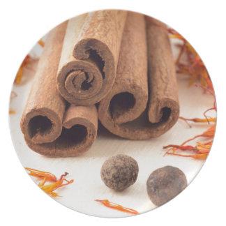 Prato Varas de canela, açafrão aromático e pimento