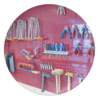 Prato Várias ferramentas que penduram na parede no