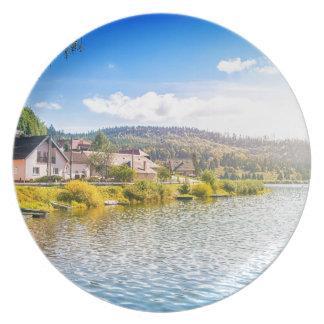 Prato Vila pequena perto de um lago