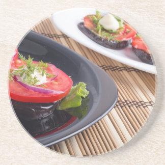 Pratos vegetais da beringela stewed e do vermelho porta copos de arenito