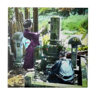 Praying aos antepassados no vintage velho de Japão