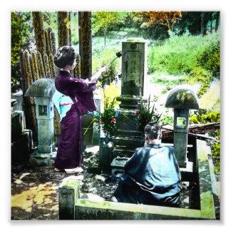 Praying aos antepassados no vintage velho de Japão Impressão De Foto