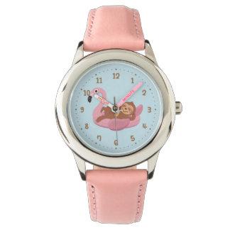 Preguiça lunática no relógio cor-de-rosa das