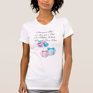 Presentes cor-de-rosa e azuis que esperam o camisetas