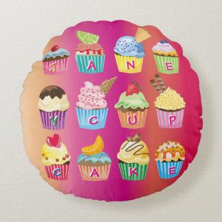 Presentes cozidos do monograma dos cupcakes doce almofada redonda