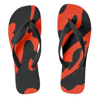 Preto e escarlate dos chinelos de Camo