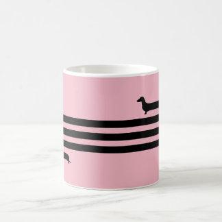 Preto e rosa engraçados da caneca do dachshund