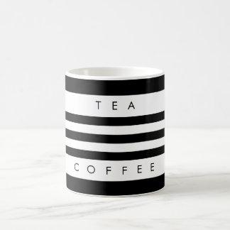 Preto moderno & o branco listram a caneca do chá &