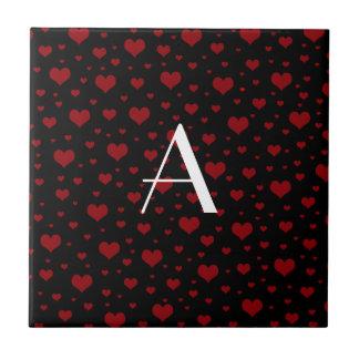 Preto vermelho dos corações do monograma azulejo