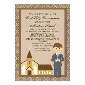 Primeiro menino do comunhão pelo convite da igreja