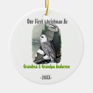 Primeiro Natal da coruja como o ornamento do vovô