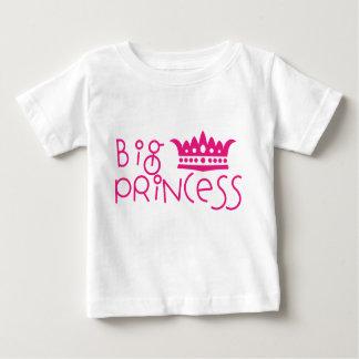 Princesa grande com a camisa da irmã mais velha da