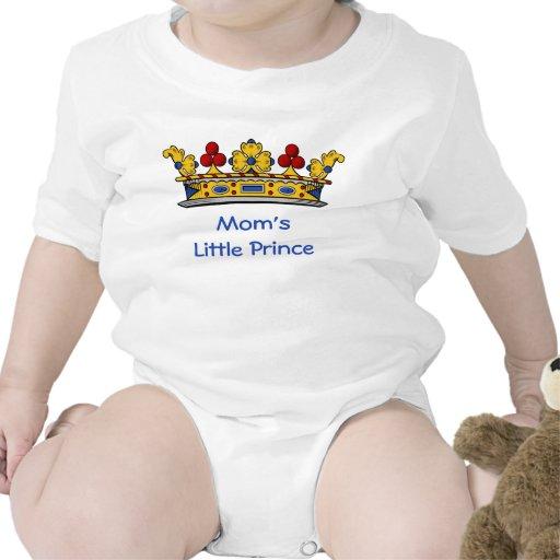 Príncipe pequeno da mãe com coroa babadores