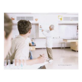 Professor e estudantes no laboratório 2 cartao postal