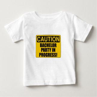Progresso do despedida de solteiro do cuidado camiseta para bebê