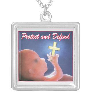 Proteja e defenda colar com pendente quadrado