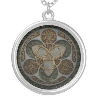 Protetor celta da trindade colar banhado a prata