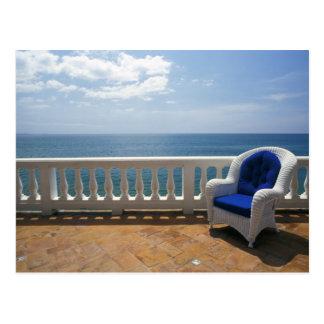 Puerto Rico. Cadeira de vime e terraço telhado em Cartão Postal