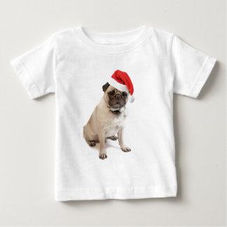 Pug bege com o chapéu vermelho do papai noel sobre camisetas