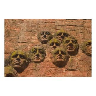 Quadro De Madeira Escultura das caras na construção