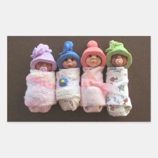 Quatro bebês da argila, Swaddled, com chapéus Adesivo Retangular