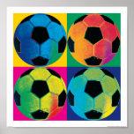 Quatro bolas de futebol em cores diferentes posteres