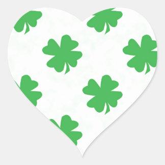 Quatro trevos afortunados da folha adesivo coração