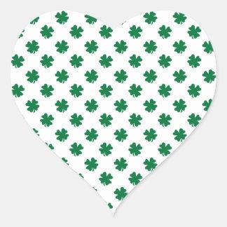 Quatro trevos da folha no verde adesivo de coração
