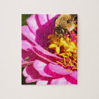 Quebra-cabeça abelha e inseto que estão em uma flor roxa