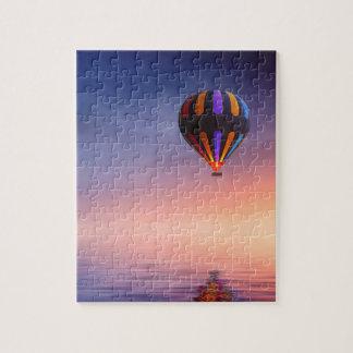Quebra-cabeça Balão de ar quente sobre o oceano no por do sol