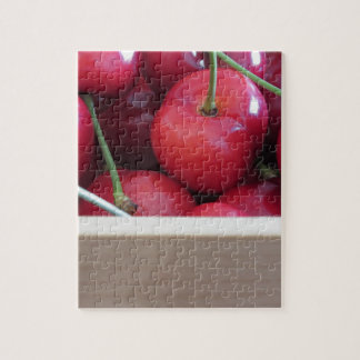 Quebra-cabeça Beira de cerejas frescas no fundo de madeira